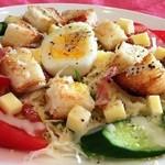アルティスタ - バケットサラダ 650円 野菜サラダに香ばしいパンとチーズをたっぷり使ったサラダ