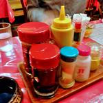 エル・アミーゴチェーン ブロンコ - 卓上に常備された調味料類