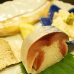 まにわ - 肴物:本ししゃもの炙り 京都の生ゆば 秋サバの棒寿司 蟹味噌チーズ