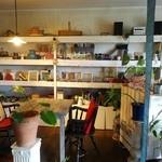 カプリカフェ - 小物が並んだ店内