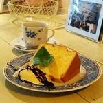 カプリカフェ - セットのケーキとコーヒー