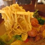 ガラムマサラ - 麺は、柔らかくてカレーがよく絡む。