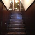 カフェ・クロニック - 階段を上がってお店へ
