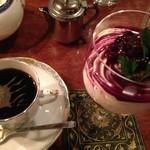 カフェ・クロニック - グラスのクリームチーズケーキとダッチホット セット価格で960円