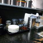 金久右衛門 - テーブル上の調味料などetc