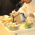 クラウンカフェ - 特別サラダコーナー。 グリーンサラダに、料理人さんがその場で削った チーズをふりかけてくれるもの。