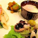 クラウンカフェ - 温泉玉子・カボチャのサラダ・でかペンネのマヨ和え・タコとオリーブのマリネ。