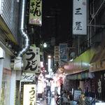 アナバ - 十三駅西口側の飲み屋街「しょんべん横丁」は雨模様。右側の奥の「大衆酒場 吾 菜場(あなば)」に入店。
