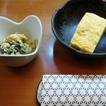 酔処ささ田 - 付き出しの小鉢と厚焼き卵
