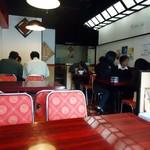 中国料理興安楼 - 午前11時45分ごろの店内。