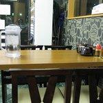 縁ラーメン - 店内は、テーブル席とカウンター席があります。