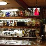 味屋 - お酒が並ぶカウンターでオシャレに飲むのもよし!どうぞお気軽にお立ち寄り下さい。