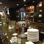 CAFE FLORIAN - テーブル席は満席でカウンターだけパチリ♪