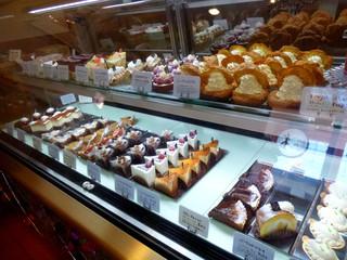 パティスリー ラパン・ド・ネージュ - ショーケースには季節ごとのケーキがお行儀よく並ぶ