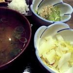 22137523 - 小鉢、お漬物、お味噌汁です
