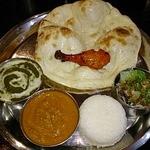 アシヤナ - パンジャビランチ(豚ロースとほうれん草のカレー、チキンと玉ねぎのカレー、ライス、ナン、サラダ、タンドリーチキン)