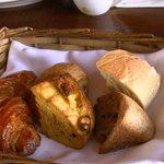 22139268 - メゾンカイザーのパン6種 上段左から:ショソン オ ポム(アップルパイ)・アグリューム(柑橘系ドライフルーツ)・チャバタ 下段左から:クロワッサン・かぼちゃのエクメック・パン オ シャテーヌ