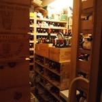 グリル太平 - ワインセラーには2000本以上のワイン、中には世界に5本しかないレアワインもあるそう