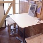 酎房 まほろば - 2名様用テーブル。テーブルは自由に配置する事が可能ですので、人数などお電話でお気軽にお問い合わせ下さいませ。