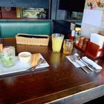 森乃館 - テーブル風景。一杯目の目のドリンクは、フルーツジュースでした。黒いストローがあったのですけど、使いませんでした。