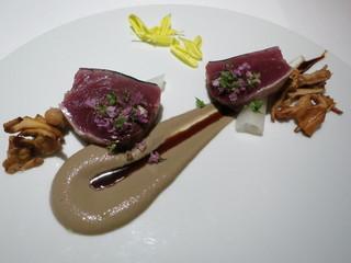 レフェルヴェソンス - 秋の悦び 稲藁で燻した戻り鰹 クレームドシャンピニオンと鰯いしると黒酢のレデュクション 辛味大根 ジロール 紫蘇の花
