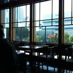 美味餐庁 - 緑とビルを望む店内