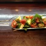 ヨンパチ食堂 - ルッコラとモッツァレラチーズとトマトのサラダ