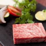 ラズリ銀座店 グリル ステーキ 産直有機野菜 ランチビュッフェ - 世界に誇る兵庫県産最高級<神戸牛>サーロインステーキ。神戸牛独特の脂質の風味と口融け、赤身のきめ細やかさと香りをご堪能下さいませ。日本全国の銘柄肉をオリジナルに調理してご提供致します。