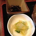 和食 貴山 - 2013年10月28日(オープン初日)の定食に付く小鉢と漬物