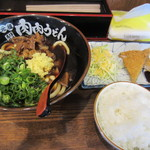 肉肉うどん - まぐろカツ定食は肉肉うどんと白御飯とマグロカツのセットで850円でした。
