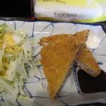 肉肉うどん - 先ずはマグロカツにソースをつけてご飯を半分位いただきました。