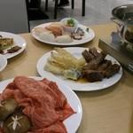 22167597 - 奥に寿司と天ぷら。
