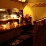 鶏城-Tricky- - 調理の様子を眺めながら食事を楽しめるカウンター席は、大切な方と食事やお酒を楽しみたいときにおすすめです。語り合うにはちょうど良いスペース。美味しい料理とお酒で、二人の距離が縮まるかも。