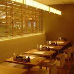 平田牧場 - 内観写真:温かみのある間接照明と木でできた家具やインテリアが落ち着いた空間を演出する店内。