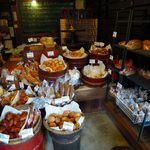 薪焼き石窯パン 岳人 - 外国のパン屋さんのような陳列