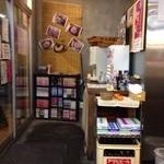 麺童虎徹 - 201310 虎徹 店内(座席より右回り)⇒出入口付近