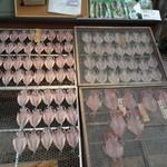 魚とや - アジの開き&金目鯛の開き。熱海の商店街ではよく見かける光景です。