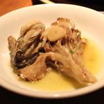 目白スペインバル - 季節の魚料理 (広島産 牡蠣 と 昇竜マイタケ のアヒージョ) (2013/10)