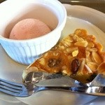 ラゴア カフェ - 木の実のタルトとアイス
