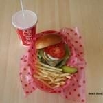 カリフォルニアダイナー - 料理写真:ビーチボーイスペシャルセット ¥800 (ハンバーガー・フレンチポテト・ジュース) +¥100(チーズバーガー・ブルーチーズバーガー可)