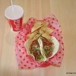 カリフォルニアダイナー - サンディエゴ タコスセット ¥900 (チキン2枚orエビ2枚orチキンandエビ、トルティーヤチップス、ジュース)