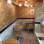 カフェ ビーガン - 地下の暗いイメージとは、正反対の明るい感じの落ち着いた隠れ家的な店内です。