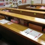 ラーメン長浜華 - 入るとこんな感じの店内です。