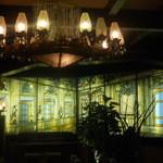 古城 - 店内の美しいステンドグラス