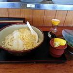 牧のうどん - タレを掛けて食います・・・レモンと生姜が付いてきます。専用醤油も付いてきます。