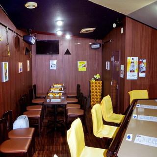 黄色いカウンター席が印象的なキレイな店内!!