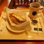 タリーズコーヒー - ...「ボールパークドッグ マッシュ&グレービー ~ポルチーニテイスト~(350円)+ホットコーヒーS(300円)」、アツアツ!
