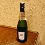 い川 - お酒好きの店主ならではのこの安価!金賞受賞のシャンパン『カヴァ』2000円