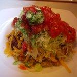 ハモニカ・クイナ - 季節のタコライスにソースをかけると、こうなります