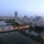 22203130 - 部屋から見た、明け方の大川(旧淀川)周辺の大阪。 ≪朝ぼらけ 宇治の川霧 たえだえに あらはれわたる 瀬々の網代木.≫って、、、川は宇治川じゃなく大川なんですが。。。